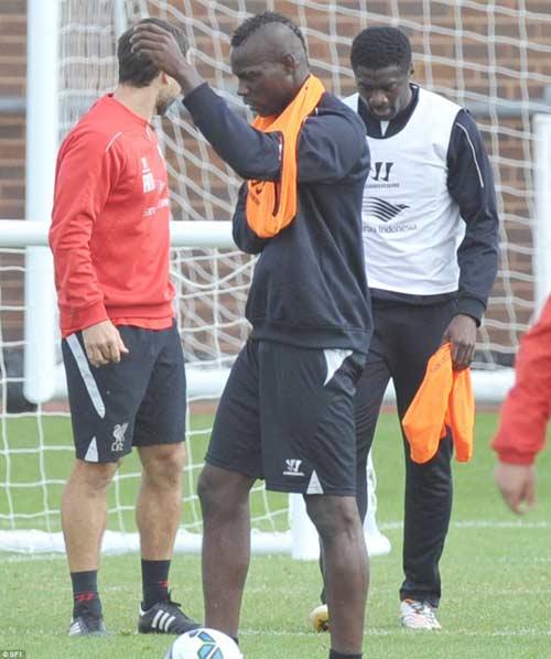 Balotelli lại vật vã mặc áo bib trên sân tập Liverpool - 2