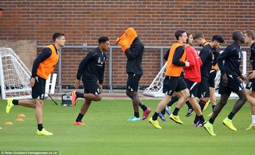 Balotelli lại vật vã mặc áo bib trên sân tập Liverpool - 5