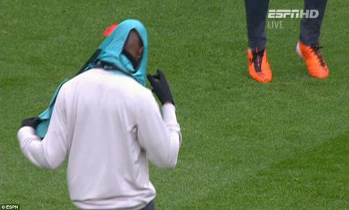Balotelli lại vật vã mặc áo bib trên sân tập Liverpool - 7