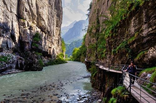 Khám phá đường ven hẻm núi độc đáo ở Thụy Sĩ - 1