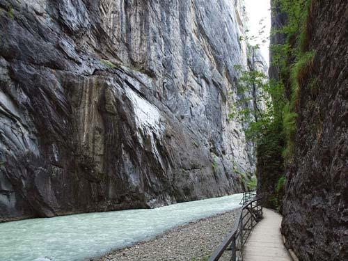 Khám phá đường ven hẻm núi độc đáo ở Thụy Sĩ - 5