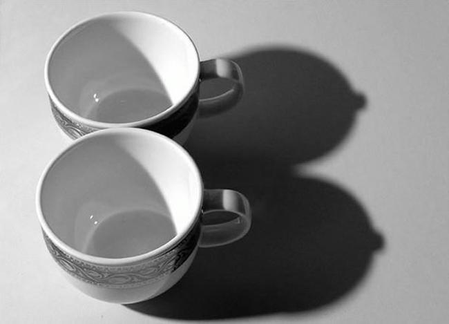 2 chiếc cốc/tách trở thành đôi gò bồng đào sexy