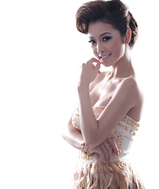 Người đẹp từng nhiều lần khoe lợi thế này với trang phục váy cổ xẻ sâu táo bạo.