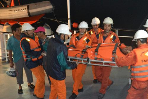 Tàu hải quân hỗ trợ ngư dân bị nạn trên biển - 1