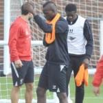 Bóng đá - Balotelli lại vật vã mặc áo bib trên sân tập Liverpool