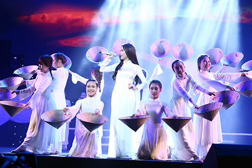 Dàn mỹ nhân Việt duyên dáng hát vì hòa bình - 4