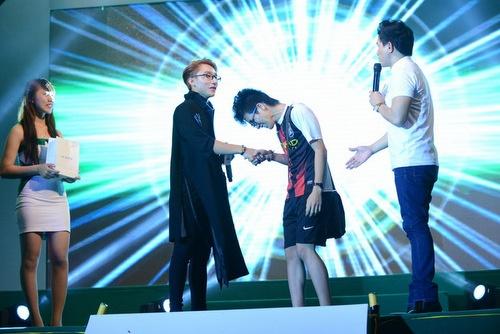 Sơn Tùng kể về nụ hôn đầu với Hari Won - 4