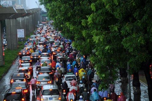 Hà Nội: Mưa lớn, nhiều tuyến đường ùn tắc cục bộ - 1