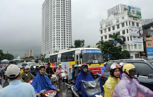 Hà Nội: Mưa lớn, nhiều tuyến đường ùn tắc cục bộ - 3