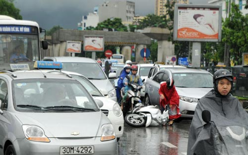 Hà Nội: Mưa lớn, nhiều tuyến đường ùn tắc cục bộ - 4