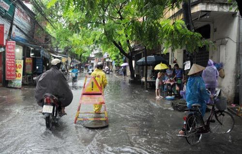 Hà Nội: Mưa lớn, nhiều tuyến đường ùn tắc cục bộ - 8
