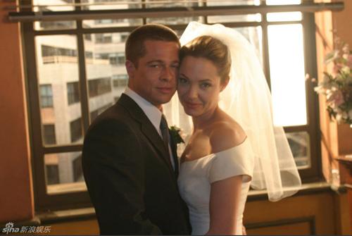 Chi tiết váy cưới và hôn lễ của Jolie-Pitt - 5
