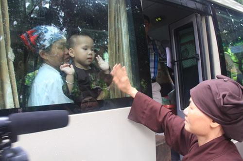 Tiếp tục đưa 12 trẻ, người già chùa Bồ Đề về nơi ở mới - 1