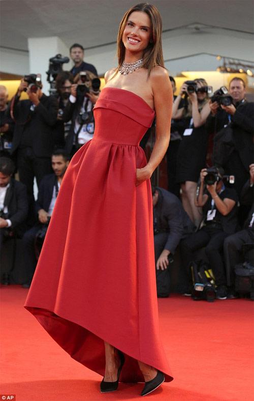"""Cận cảnh màn đổ nước đá """"xa hoa"""" của bà chủ Versace - 3"""
