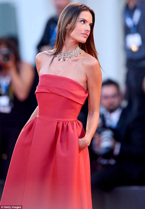 """Cận cảnh màn đổ nước đá """"xa hoa"""" của bà chủ Versace - 4"""