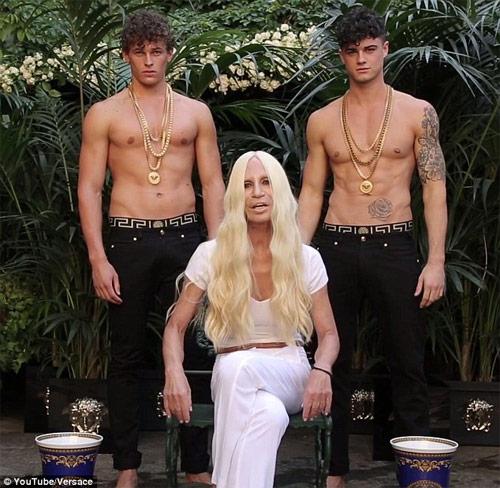 """Cận cảnh màn đổ nước đá """"xa hoa"""" của bà chủ Versace - 1"""