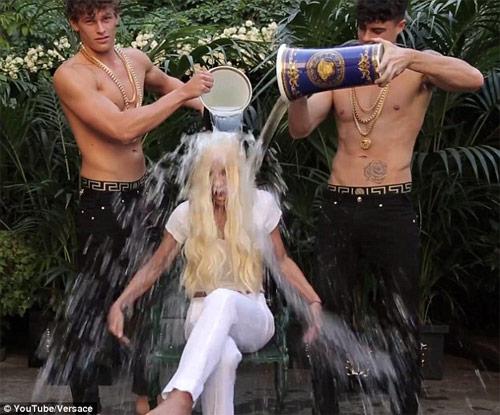 """Cận cảnh màn đổ nước đá """"xa hoa"""" của bà chủ Versace - 2"""