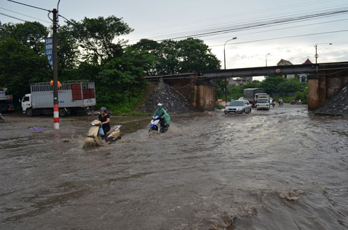 Hà Nội: Mưa lớn, nhiều tuyến đường ùn tắc cục bộ - 9