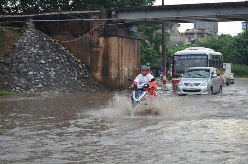 Hà Nội: Mưa lớn, nhiều tuyến đường ùn tắc cục bộ - 10