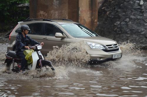 Hà Nội: Mưa lớn, nhiều tuyến đường ùn tắc cục bộ - 11