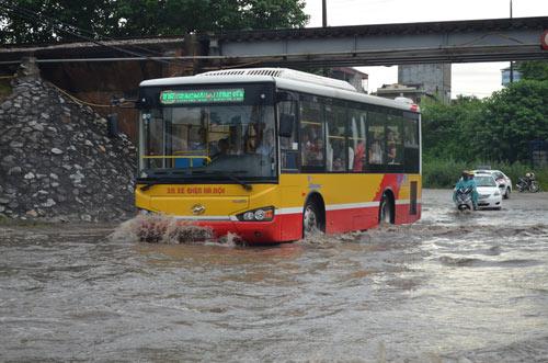 Hà Nội: Mưa lớn, nhiều tuyến đường ùn tắc cục bộ - 12