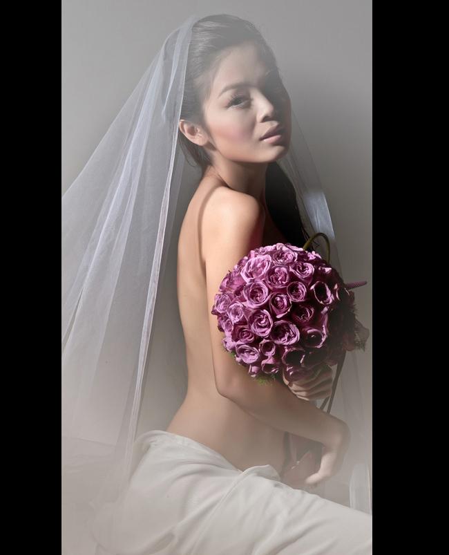 Người đẹp Tuyết Ngọc bán nude gợi cảm trước ống kính máy ảnh. Cô từng là chân dài rất được yêu thích của các sàn diễn thời trang và nhiếp ảnh gia