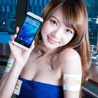 Người đẹp khoe đường cong gợi cảm bên smartphone