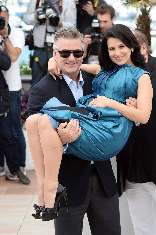 Tài tử Alec Baldwin từng kết hôn với nữ diễn viên Kim Basinger. Sau khi ly hôn, anh hẹn hò với Hilaria Thomas, một giáo viên dạy yoga, kể từ mùa hè 2011. Trong tháng 6/2012, hai người chính thức kết hôn và hiện có một cô con gái tên Carmen.