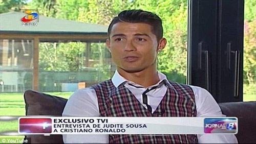 """Ronaldo không dám nói về Messi vì sợ bị """"bỏ tù"""" - 1"""