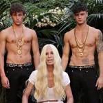 """Thời trang - Cận cảnh màn đổ nước đá """"xa hoa"""" của bà chủ Versace"""