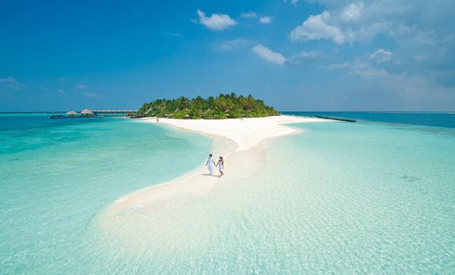 2. Maldives: Không phải ngẫu nhiên mà Maldives được mệnh danh là một trong những bãi biển lãng mạn nhất thế giới. Nằm trong Ấn Độ Dương, Maldives là một quần đảo có những bãi biển đẹp, nước trong như ngọc và hệ sinh thái đa dạng nhất hành tinh. Nước biển ở Maldives trong đến độ du khách có thể chiêm ngưỡng được những chú cá bơi lội dưới độ sâu 24m.
