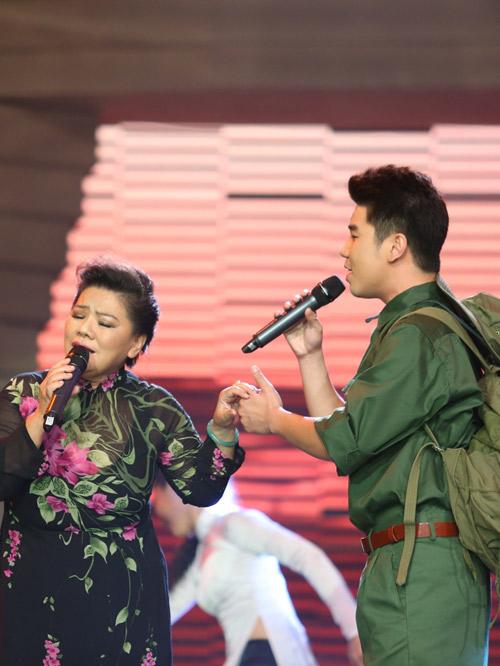 Mẹ con NS Thanh Hoa gây tranh cãi khi hát trên truyền hình - 1