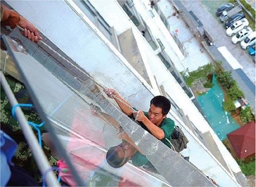 TQ: Bé trai cắt dây an toàn của công nhân vì… ồn - 1