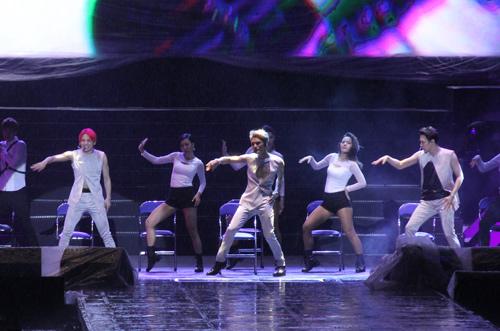 """Yoochun nói tiếng Việt """"chuẩn"""", diễn sung dưới mưa cùng JYJ - 9"""