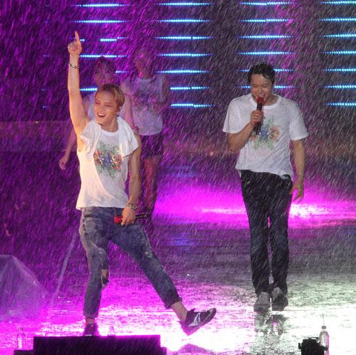 """Yoochun nói tiếng Việt """"chuẩn"""", diễn sung dưới mưa cùng JYJ - 4"""