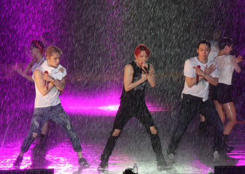 """Yoochun nói tiếng Việt """"chuẩn"""", diễn sung dưới mưa cùng JYJ - 3"""