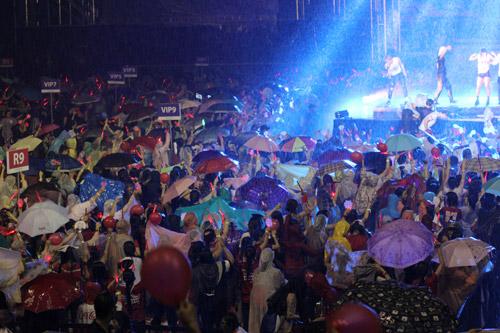 """Yoochun nói tiếng Việt """"chuẩn"""", diễn sung dưới mưa cùng JYJ - 7"""