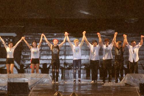 """Yoochun nói tiếng Việt """"chuẩn"""", diễn sung dưới mưa cùng JYJ - 8"""