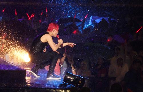 """Yoochun nói tiếng Việt """"chuẩn"""", diễn sung dưới mưa cùng JYJ - 6"""
