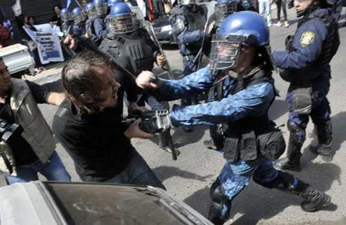 Ảnh ấn tượng: Cảnh sát bắt cháy từ bom xăng - 9