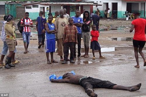 Thi thể nạn nhân Ebola bị chó ăn thịt ở Liberia - 1