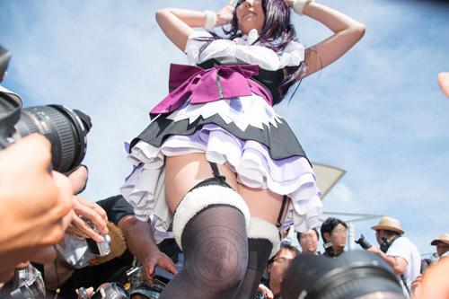 """Người mẫu bị """"soi"""" nội y lộ liễu ở Nhật Bản - 1"""