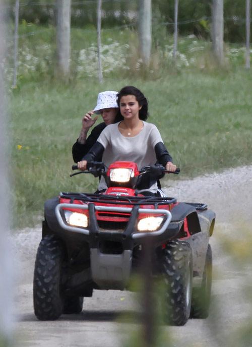Selena và Justin lại khoe ảnh tình tứ - 1