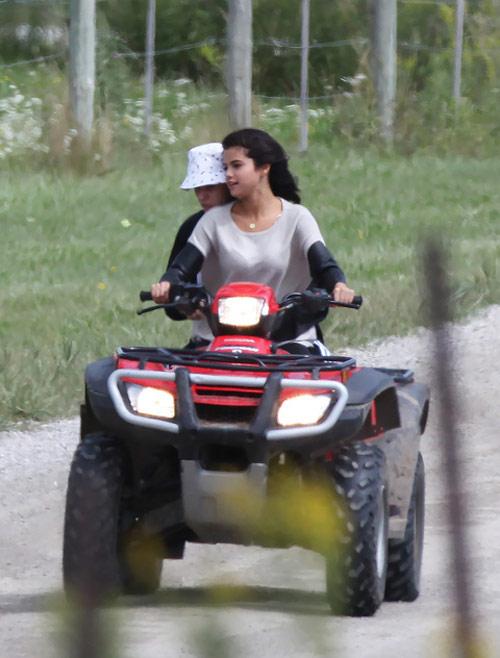 Selena và Justin lại khoe ảnh tình tứ - 2