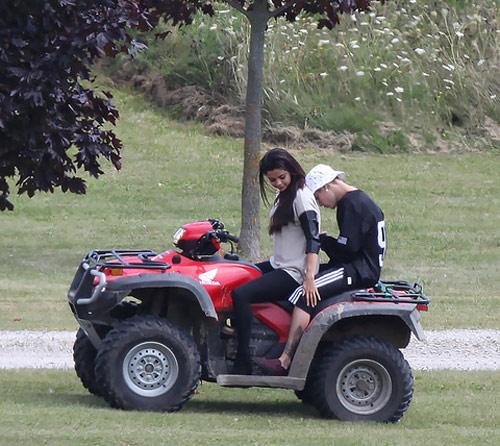 Selena và Justin lại khoe ảnh tình tứ - 3