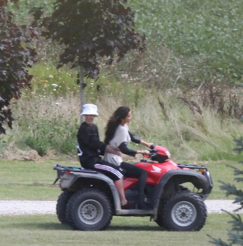 Selena và Justin lại khoe ảnh tình tứ - 6