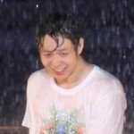 """Ca nhạc - MTV - Yoochun nói tiếng Việt """"chuẩn"""", diễn sung dưới mưa cùng JYJ"""