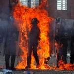 Tin tức trong ngày - Ảnh ấn tượng: Cảnh sát bắt cháy từ bom xăng