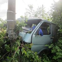 Ô tô nát bét đầu sau khi tông đổ 2 cột điện