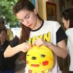 Ca nhạc - MTV - Hà Hồ tự tay xếp lồng đèn cho trẻ em cơ nhỡ